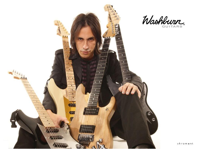 Photo de Nuno Bettencourt avec ses guitares Washburn.